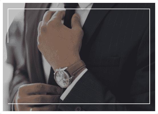 Homem ajeitando a gravata do terno