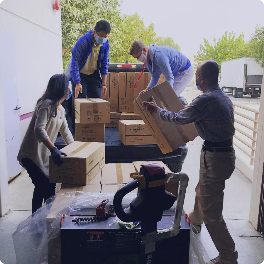 Trabalhadores carregando carreta