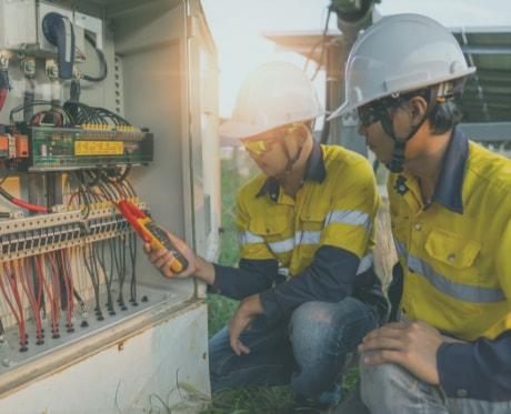 Uma dupla de profissionais trabalhando, utilizando EPIs.