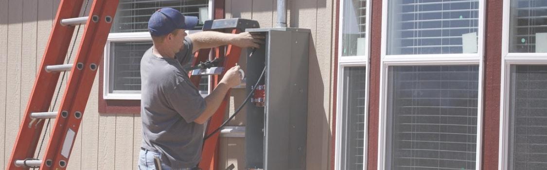 Instalador em cima de um poste.