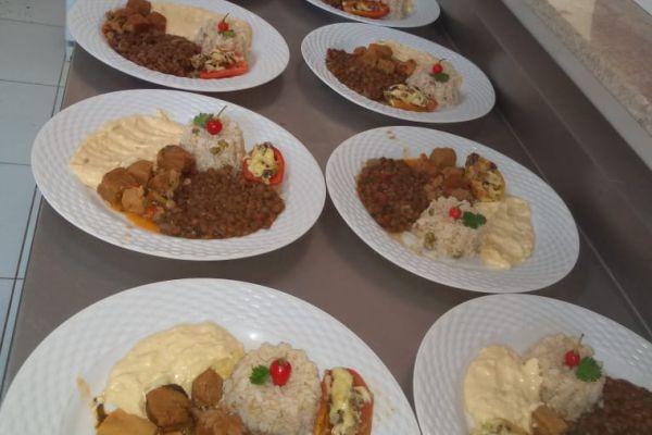 Balcão com pratos de almoço da Residence Sucupira