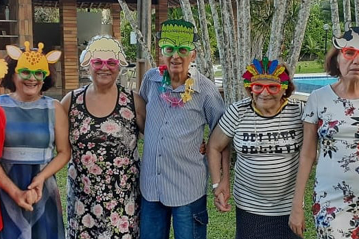 Residentes fantasiados com máscaras se divertindo